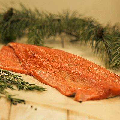 Форель филе слабой соли на коже вес 0,4-0,6кг 1300 руб./кг